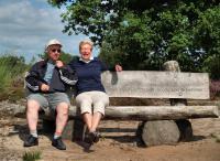 Eric en Elly rusten even uit op, gezien de tekst, een herdenkingsbankje. De tekst die erop staat is ''Met jou vertrouwen in ons kon je loslaten''
