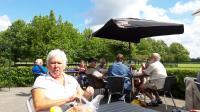 Lunch op het terras van De Walkant. links op de voorgrond Marie Josee
