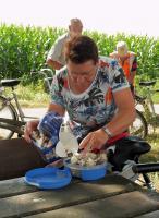 Maria maakt een doos met overheerlijke Belgische Pralines open.