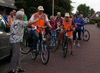 Jaantje, linksvoor, geeft het startsein voor de Jan Jaspers memorialrit georganiseerd door de Stichting Wouw Doet