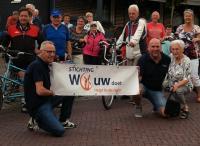 Voor aanvang nog even poseren met het spandoek van Stichting Wouw Doet. Links zit Jaantje