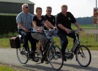 De bekende oud profwielrenner Frits Pirard, rijdt met de zoon (Rini) van een van de hoofdsponsors ''Kreko'' Links rijden Maria en Frans
