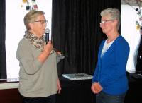 Truus bedankt Angeline voor twintig jaar trouwe dienst als voorrijder. Nu dat niet meer kan zal de vriendschap gelukkig wel blijven