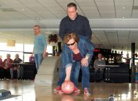 Ria, bijgestaan door John, staat klaar om weer een bal te gooien. Links staat Johan te wachten tot hij mag gooien