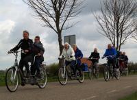 Op de Foto Joke met Kitty, Marie Josee met Adje Wilma, Piet met Jac en Pieter met Truus tijdens de tocht vanuit Dinteloord