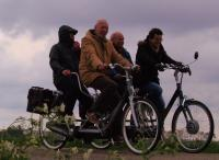 Gerard met Piere en Marina met Sam op de tandem