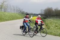 Deze twee dames van de Spartaan rijden achter het Vigetapeloton