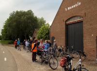 De deelnemers tijdens de vudb-stop bij de boerderij 't Haantje aan de brugweg nabij Kruisland