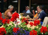 Ook Jaaantje, Rinus, Piet en Anneke genieten van koffie in Achterveld