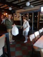 De heer en mevrouw Sonneveld komen binnen met net vers gebakken appelflappen.