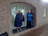 Zelfs met regenkleding aan was het beter om maar even te schuilen zo hard regende het even tijdens de tocht vanuit Fijnaart