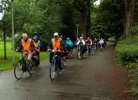 De mannen van Truus gaan de deelnemers vooraf tijdens de tocht die zoveel mooier had kunnen zijn bij mooi weer. Maar dat was helaas het enige wat ze niet zelf in de hand hadden
