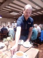 Jac van Meer, van de Stichting Wouw Doet, geconcentreerd bij het uitserveren van de soep tijdens de lunch