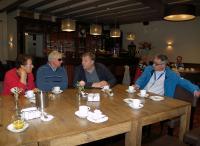 Vlnr: Marja, Frans in gesprek met Frits Pirard en Richard vertegenwoordigers van een van de hoofdsponsors