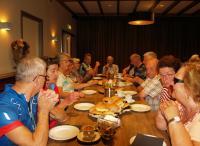 De deelnemers laten zich de lunch goed smaken