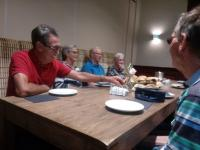 Vlnr: Piet Otto, Wilma Otto, Piet Brocatus, Jaantje Luijks (Kruisland) en Jac Koolen tijdens de lunchpauze
