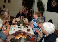 Verguld en trots als een pauw zit Piet aan de kop van de tafel te genieten van zijn lunch. Ook wel een beetje overvallen met alle loftuigingen en kadootjes maar dat is allemaal dik verdiende aandacht
