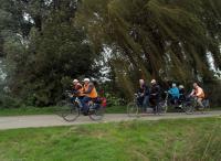 Aan de bomen te zien waaide het behoorlijk tijdens de laatste tandemtocht van Piet Brocatus