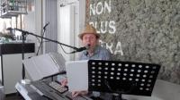 Er was deze middag ook gezorgd voor muziek. Een muzikant vanuit het Bellgische Essen. Op de foto zittend achter zijn keyboard