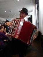 De muzikant bleef niet achter zijn keyboard zitten maar ging ook de zaal in met zijn accordeon