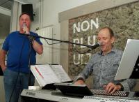 Ger zingt samen met de muzikant ''Het is goed in het Brabantse land''