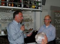 Eric (links) tijdens zijn afscheidsspeech voor Piet Brocatus (rechts)