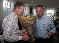 Eric bedankt zijn medebestuursleden voor de prettige samenwerking met een mooie bos bloemen. Op de foto ontvangt Jac zijn bloemen