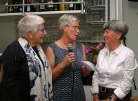 Ine en Wilma nemen ook afscheid van de vertrekkende bestuursleden. Hier samen met Jose