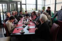 De deelnemers zitten klaar voor het begin van de koffietafel