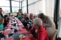 De delnemers zitten klaar voor de koffietafel na afloop van de bowling