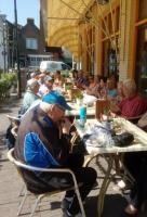 de deelnemers tijdens de lunch op het terras van De Commerce in Kruisland