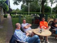 Enkele van de organisatoren van deze dag genieten van een welverdiend drankje na afloop vande tocht