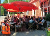 Lekker in de schaduw op het terras van cafe 't Centrum in Klamthout Heide om onze boterhammen op te eten. Op de achtergrond een spandoek met daarop enkele spelers van het Belgische elftal dat aan het WK meedoet