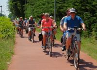 Lekker in het zonnetje fietsen op een vrijliggend fietspad langs het spoor