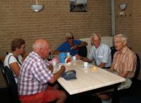 Sam, Marina, de twee mannen die de tocht voor Truus hadden uitgezet, en Geert aan de koffie