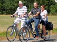 Frans en Peter met Lenie genieten van het mooie weer en de mooie tocht die was uitgezet voor Truus