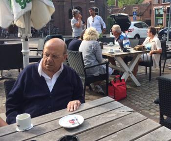 Jo voor aanvang van de mooie tocht aan de koffie. Op de achtergrond Anneke, Piet, Adje en Joke in gesprek met zoon Frans
